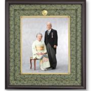 叙勲・褒章記念写真 菊紋入りの専用額装四つ切サイズ 拝謁の記念に
